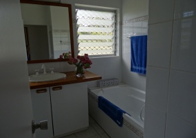 Main bathroom - tub